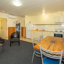 Rotorua's Blue Lake TOP 10 - Motel Lakeview Unit Kitchen Living